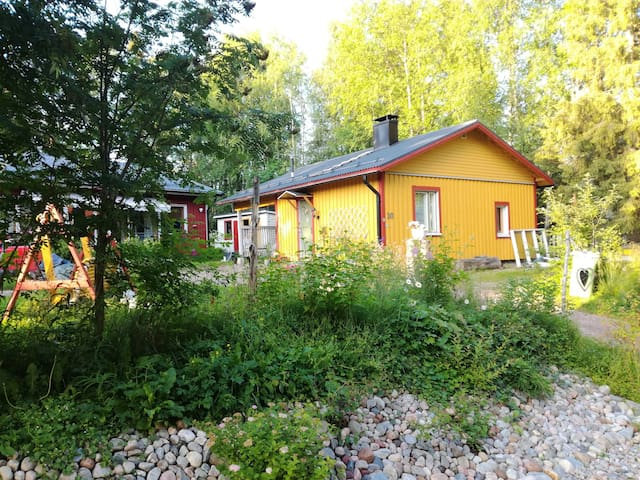 Lovely yellow cottage close to Rovaniemi center