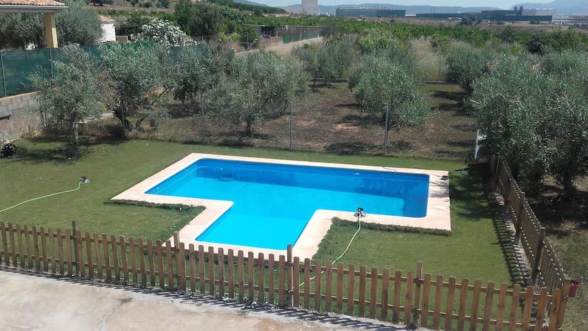 Casa de campo con piscina cerca de la playa.