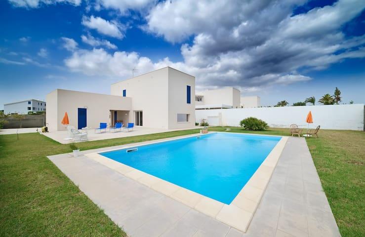Artemide, villa with pool near the city centre