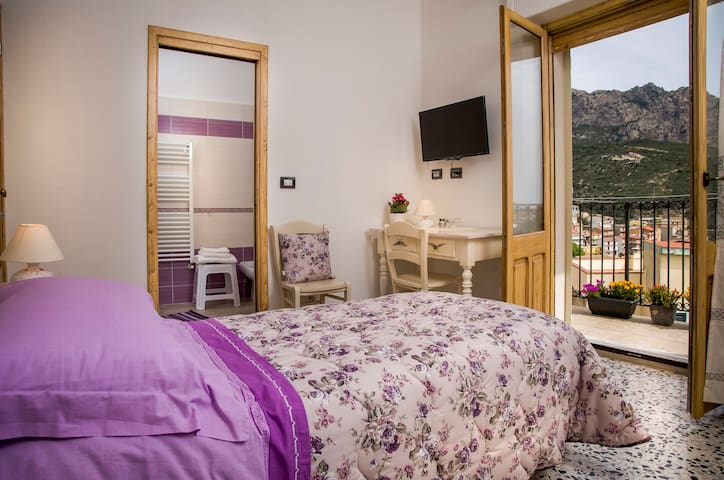 B&B Aria 'Ona, CAMERA LILLA con vista panoramica - Villagrande Strisaili