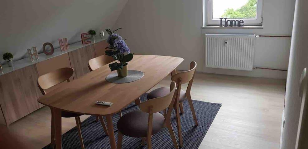Zentrale 3 Zimmer Wohnung DG modern Eingerichtet