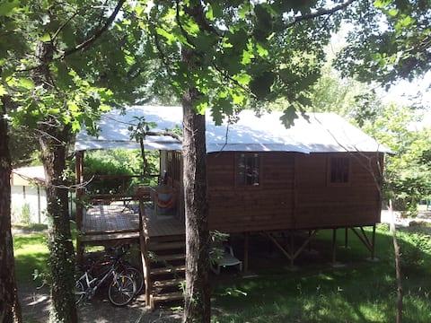 Cabane lodge à l'ombre des chênes.
