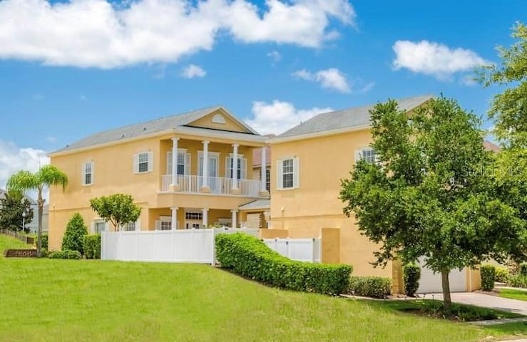 Luxurious Apartment Located 15 Minutes From Disney