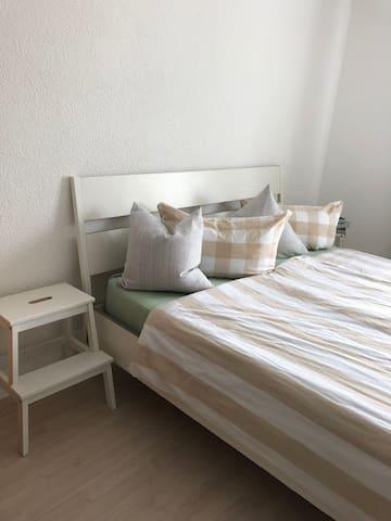 Doppelbett mit dem Maßen 180 x 200 cm und einen sehr komfortablen Matratze