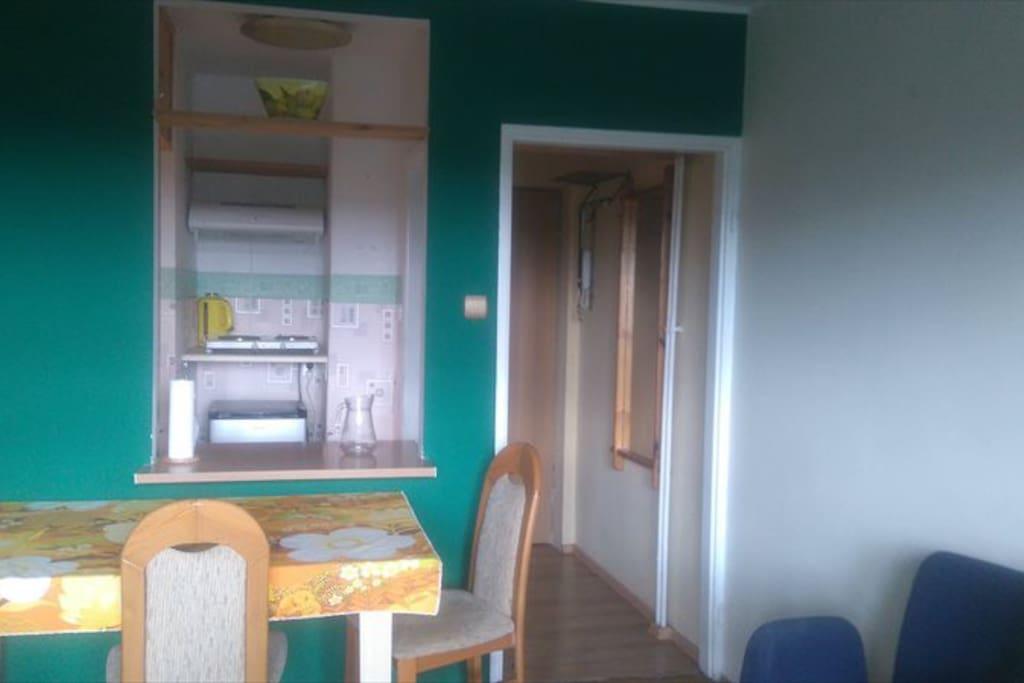 Pokój główny i aneks kuchenny w tle