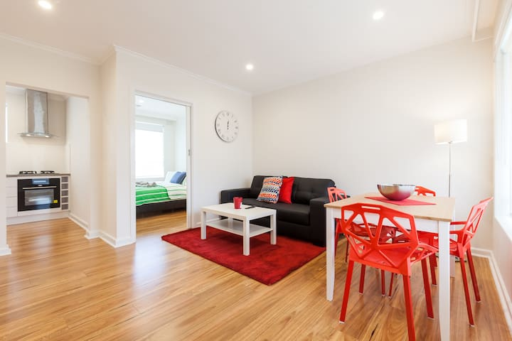 Sunny 2 bdr Glenhuntly Rd Caulfield - Caulfield South - Daire