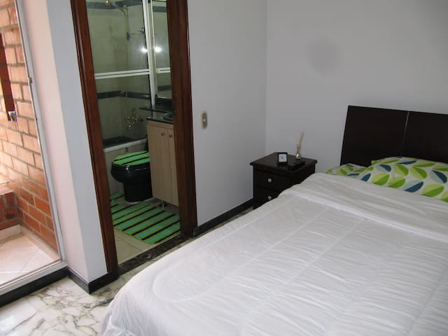 Beautifull Room in Laureles with balcony and tub