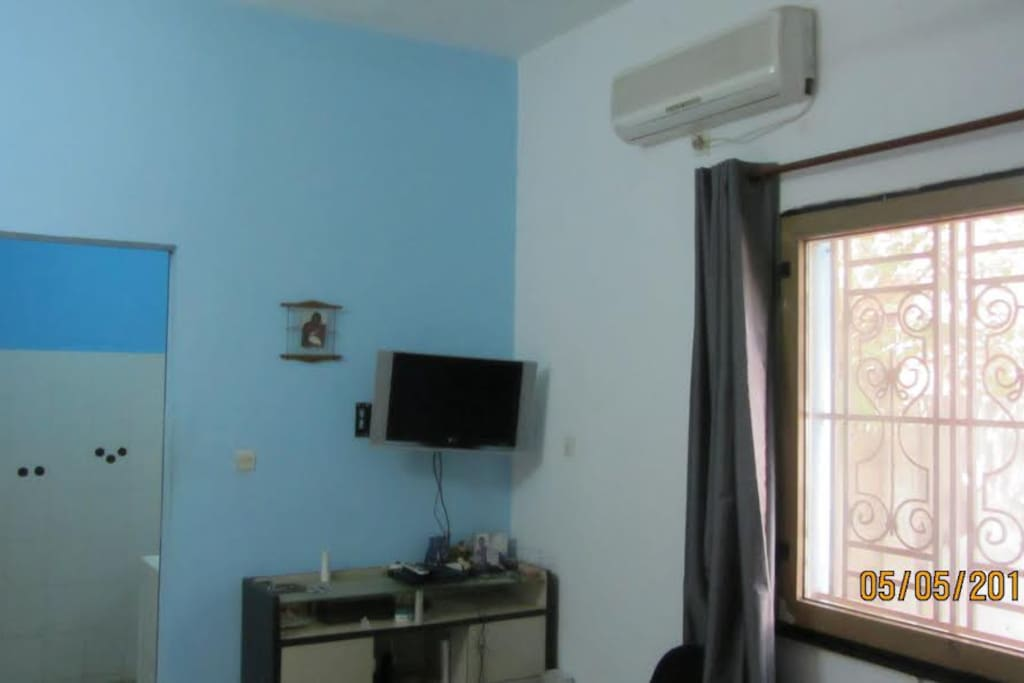 Chambre principale avec Tv et rideaux