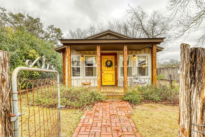 Premium Cleaned | Adorable studio cabin with covered porch, near Main Street, 2 dogs OK!