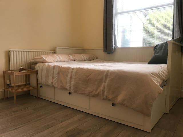 Double Bedroom in social house on Gloucester Road