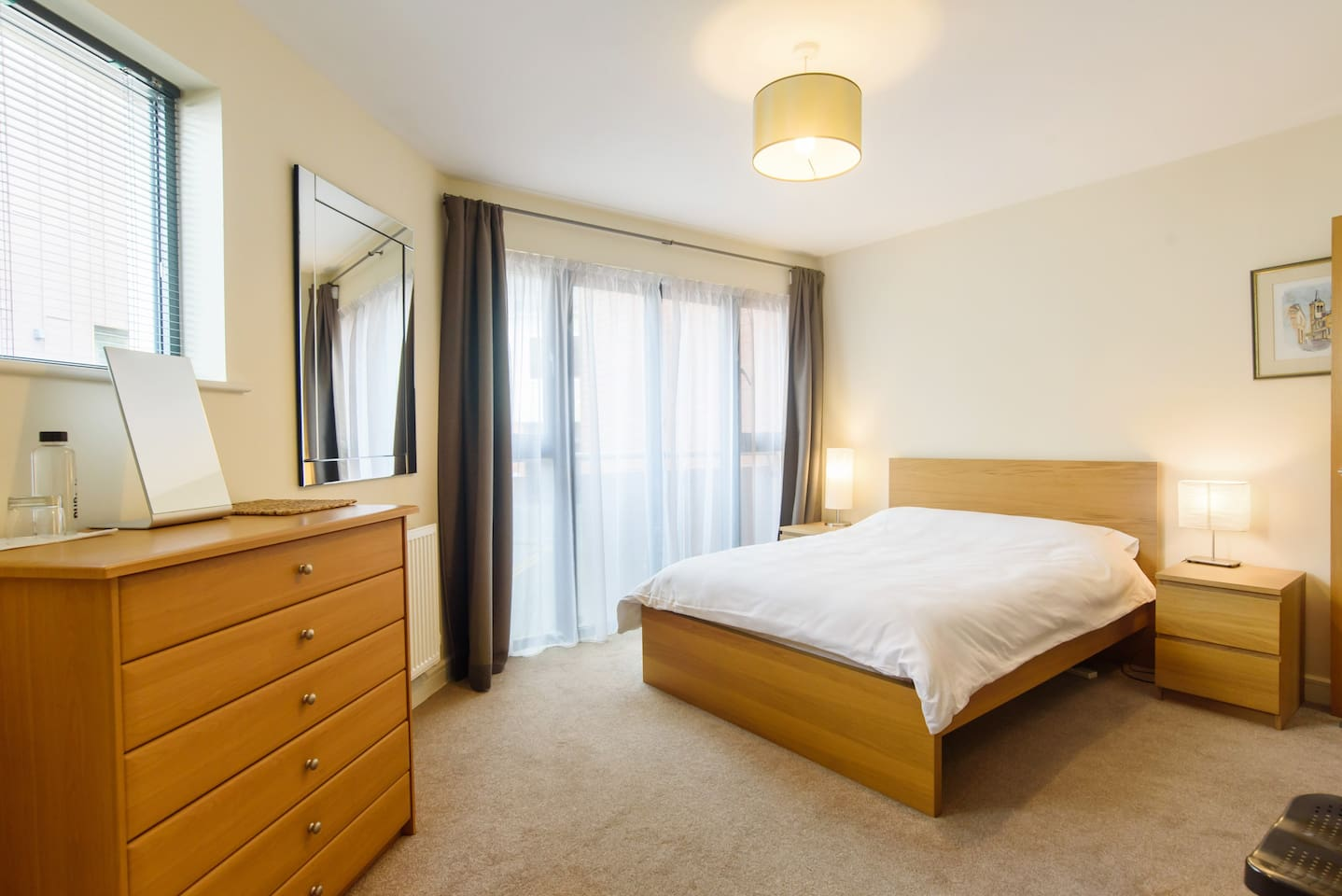 Large, bright double room. 100% cotton linen, starched and pressed. Private ensuite with bath. Peaceful street with no through traffic.