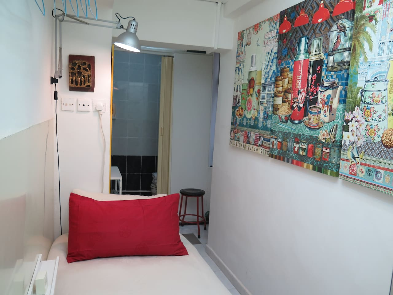 Compact but comfortable and clean space for short term travelers. PRIVATE STUDIO