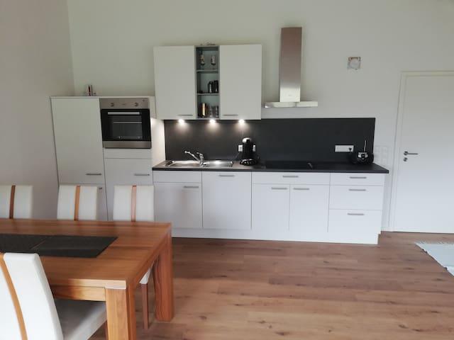 Gut ausgestattete Küche mit einer Senseo Kaffeemaschine.