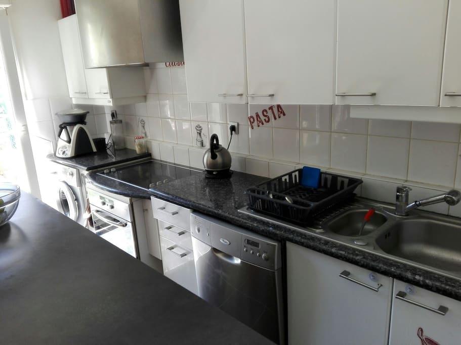 cuisine américaine bien équipée (four, plaques, lave-vaisselle, machine à laver, grand frigo, thermomix)