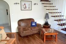 Votre partie salon à la décoration Malouine avec accès à l'étage ou se situe les deux chambres ainsi qu'à la salle de bain et à la cuisine ce qui lui donne une fonctionnalité parfaite.