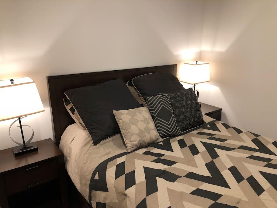 Bedroom with queen sized mattress
