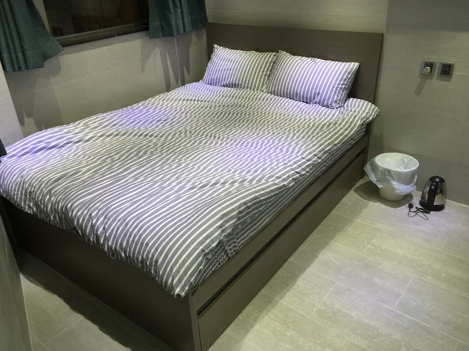 Queen sizes bed and room 5.5呎大型床房間