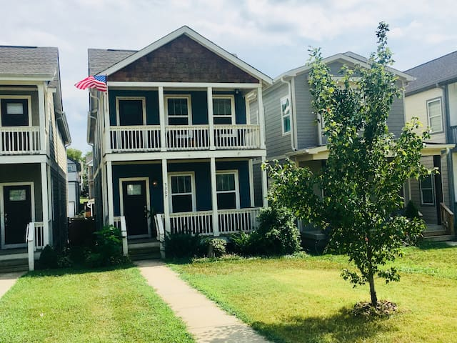 2,000 sq/ft home 4 miles to DT! 3BR/3BA. 6 beds.