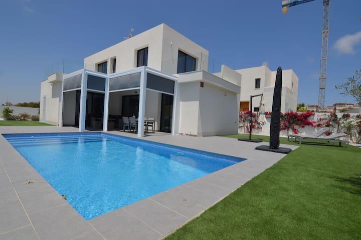 Villa moderne entièrement équipée de la climatisation avec piscine privée à San Fulgencio