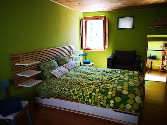 Habitación Verde (vista hacia el estudio) tiene ventanas al Sur & Norte y sofacama individual