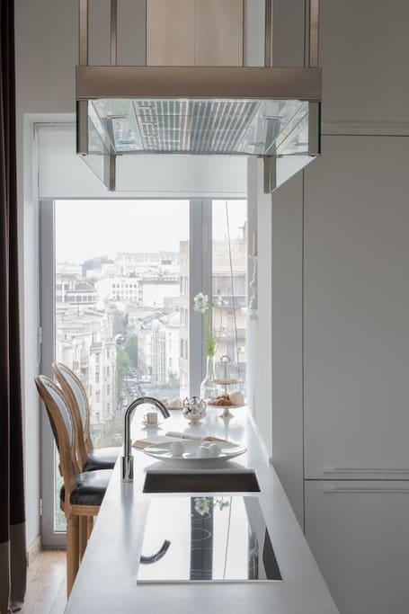 Полностью оборудованная кухня с местом для романтических завтраков.