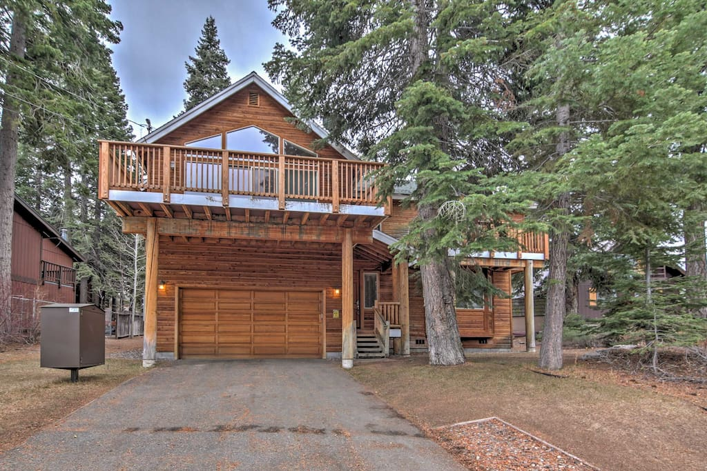Elevate your South Lake Tahoe experience with this marvelous vacation rental house.