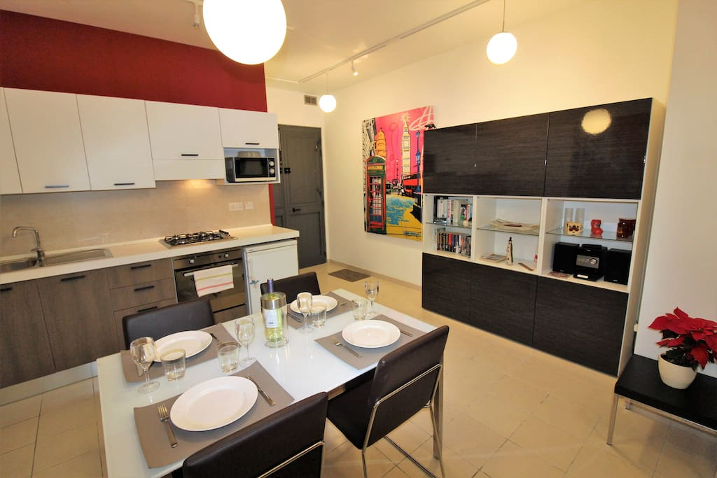 Full equipped kithen and dining space
