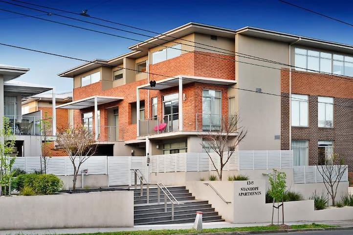 Modern 2 BR Apartment on Burke Rd - Tram outside - Kew - Huoneisto