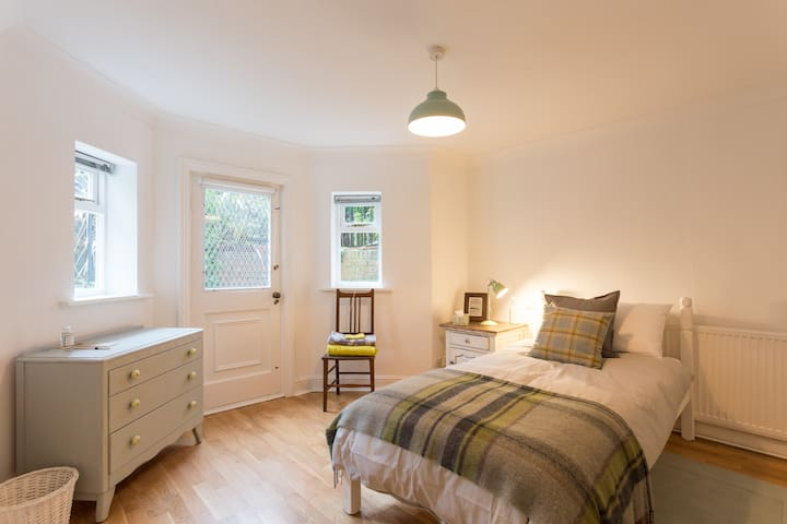 Spacious, bright and airy 3 bed flat with garden