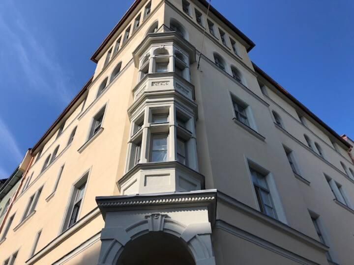 Sehr exklusive renovierte 2,5 Zi Altbau Wohnung
