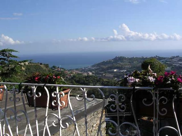Cozy house with terrace and wonderful sea view - Sanremo - House
