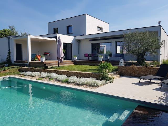 Villa 6 personnes avec piscine 20 min de Lyon