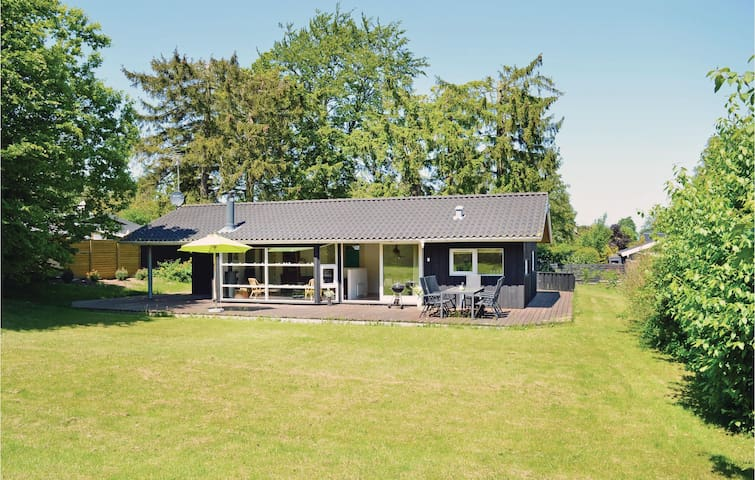 Holiday cottage with 3 bedrooms on 94 m² in Dronningmølle