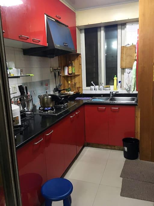 厨房,入口正对厨房。