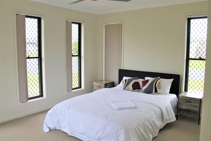 Queen bed Main bedroom