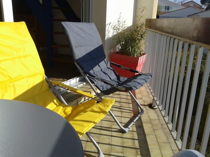 Studio  mezzanine  balcon  a 250 m  de la plage