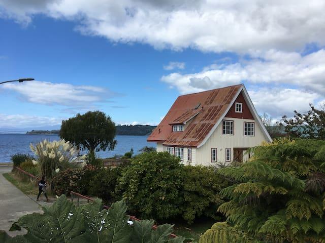 Bella Casa Alemana de 1900 remodelada frente lago
