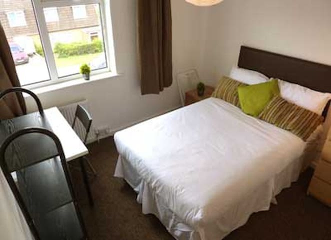 Private Room - 10 mins to Airport Best Location