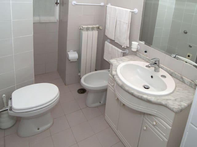 BATHROOM  TRIPLE ROOM