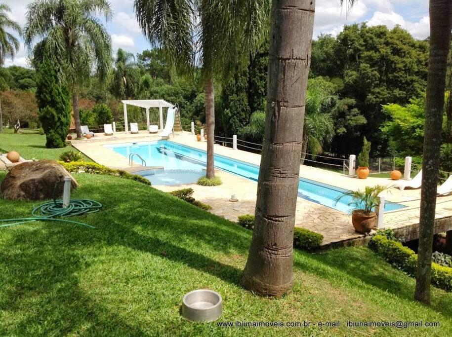 Vista da piscina pelo terraço