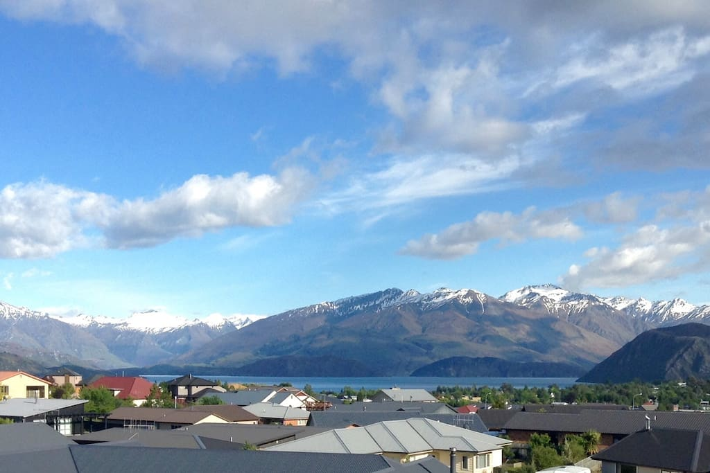 The view of Lake Wanaka and the mountains