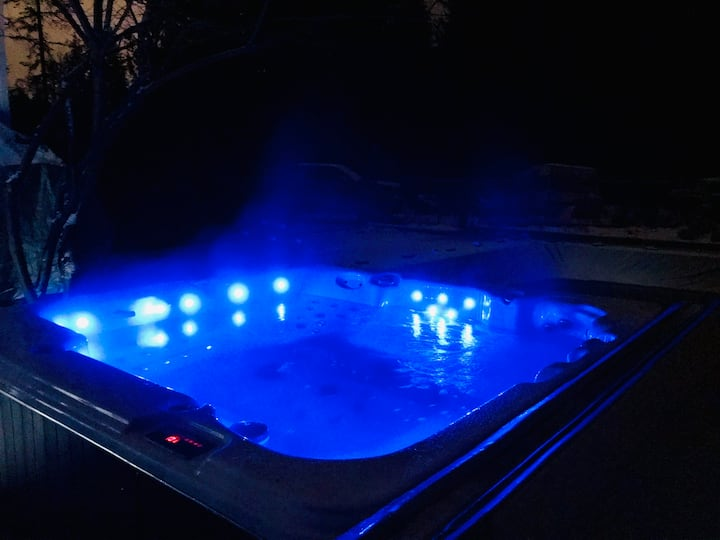 Snoway Out Retreat! With Pool, Hot Tub and Sauna!!