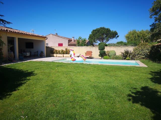 Pool house entièrement équipé donnant sur la piscine
