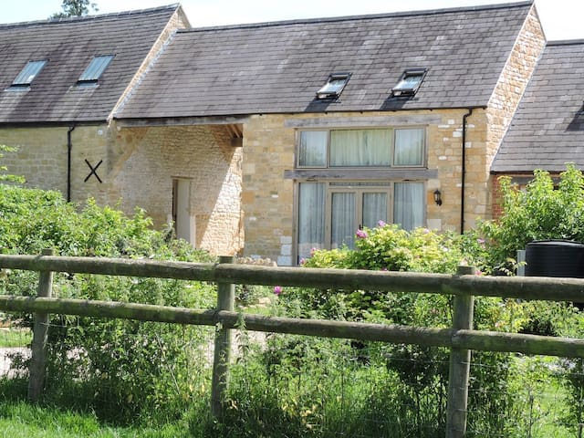 Peaceful Cotswold Farm Cottage for 2 nr Broadway