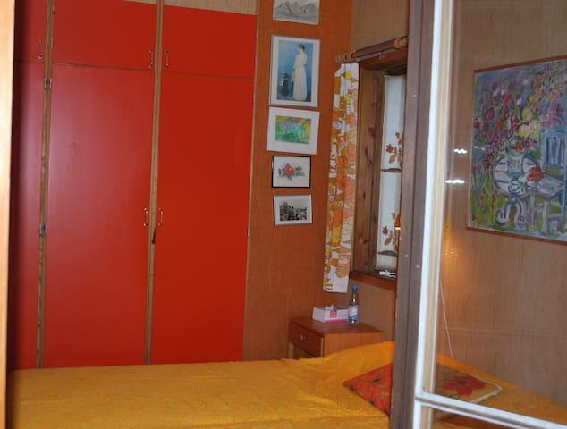 Sovrum 2 med utgång till balkong. 2 sängar bredd 2*90 cm
