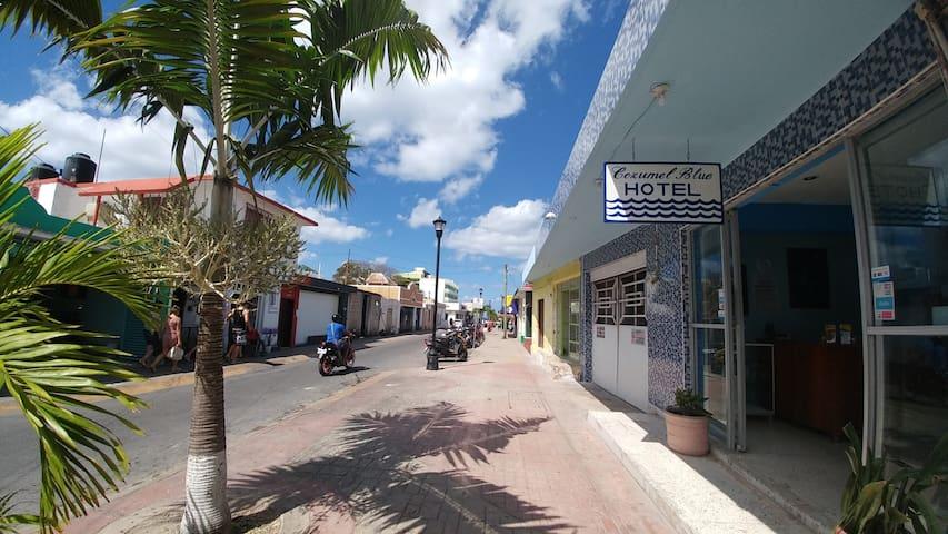 Ubicados a dos cuadras del Malecón, en el corazón del centro histórico de Cozumel