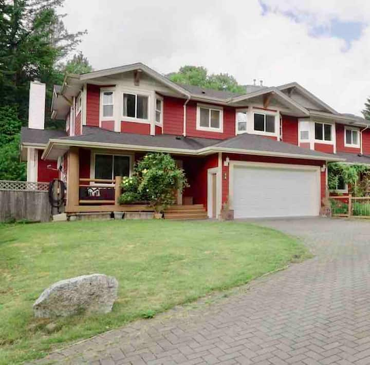 Beautiful Squamish pet friendly home!