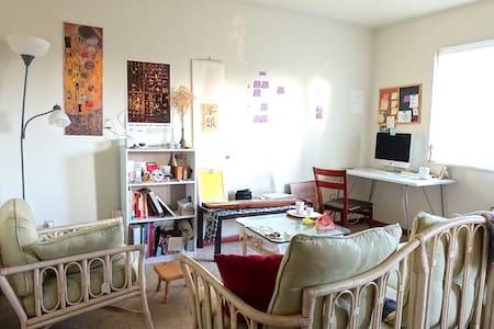 cozy entire apartment close to city center and IU - 布盧明頓 - 公寓