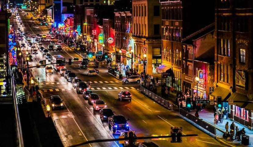 MUSIC CITY GETAWAY!! Walk to it all!!