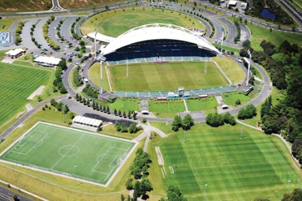 4 mins drive to QBE Stadium(  Auckland North Harbour Stadium)